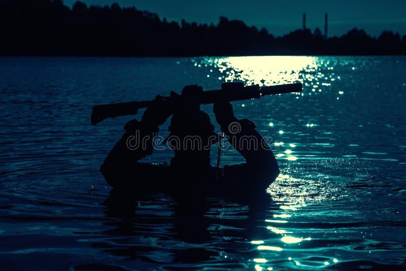 Πέρασμα του ποταμού στη ζούγκλα στοκ εικόνες με δικαίωμα ελεύθερης χρήσης