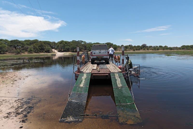 Πέρασμα του ποταμού boteti με το πορθμείο αυτοκινήτων και επιβατών στο makgadik στοκ φωτογραφίες