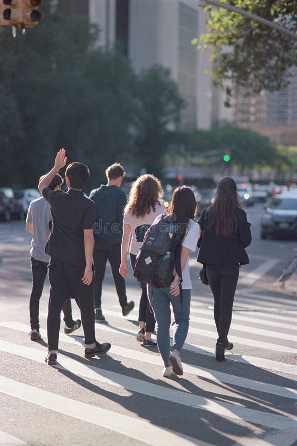 Πέρασμα φοιτητών πανεπιστημίου στοκ φωτογραφία με δικαίωμα ελεύθερης χρήσης