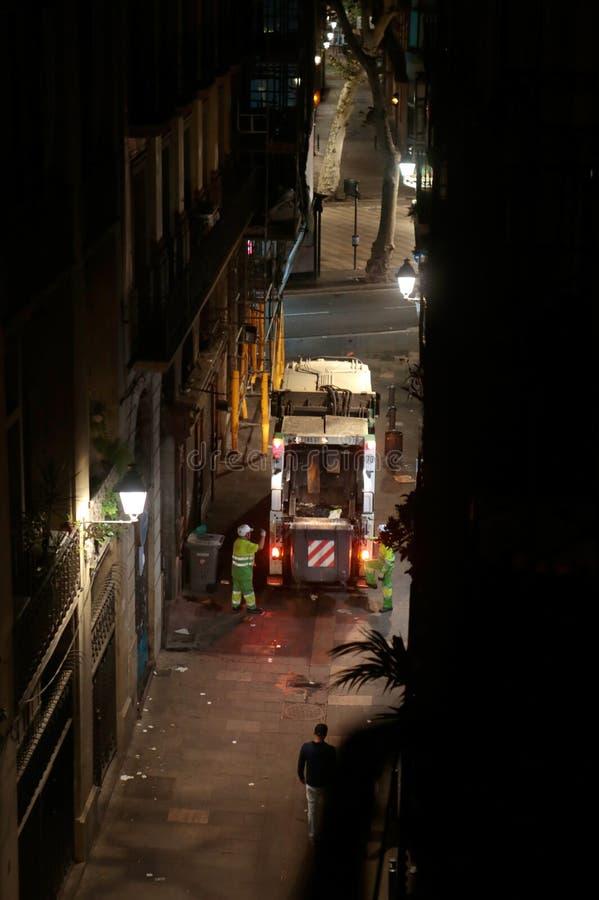 Πέρασμα φορτηγών απορριμάτων σε μια κεντρική οδό στην κατακόρυφο της Βαρκελώνης στοκ εικόνες