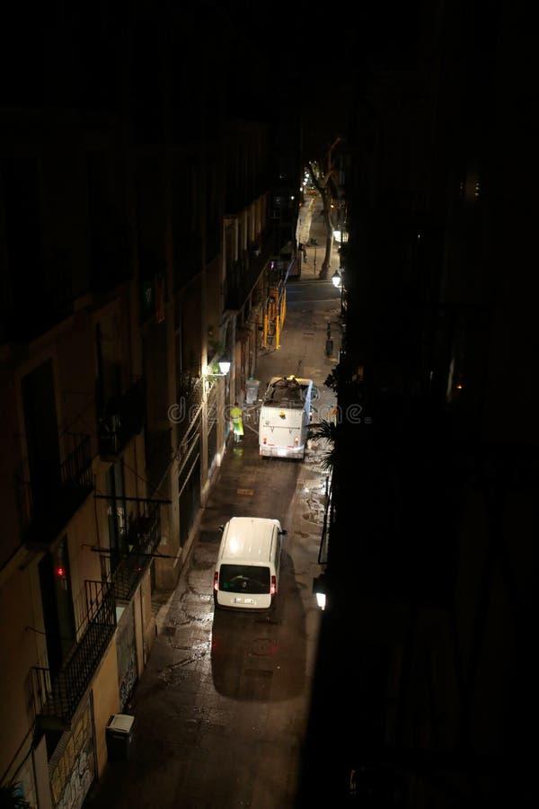 Πέρασμα φορτηγών απορριμάτων σε μια κεντρική οδό στη Βαρκελώνη στοκ φωτογραφίες με δικαίωμα ελεύθερης χρήσης