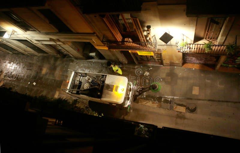 Πέρασμα φορτηγών απορριμάτων σε μια κεντρική οδό στη Βαρκελώνη στοκ εικόνα με δικαίωμα ελεύθερης χρήσης