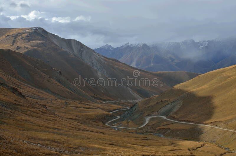 Πέρασμα 3446m Ashu Kalmak στα κεντρικά βουνά Tian Shan, τρόπος στη λίμνη γιος-Kul, Κιργιστάν, κεντρική Ασία, δημοφιλής οδοιπορία  στοκ φωτογραφία