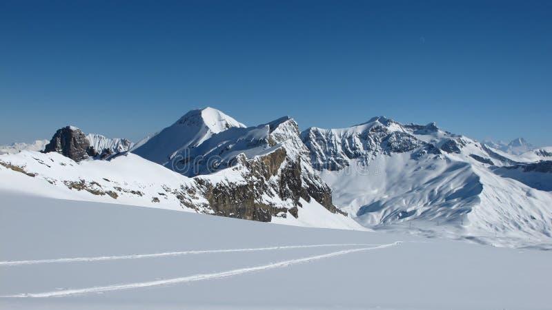 Πέρασμα Sanetsch, βουνά και διαδρομές σκι στοκ φωτογραφίες