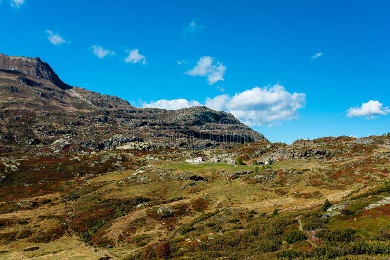 Πέρασμα Simplon, αλπικό τοπίο ενός περάσματος βουνών με την εκκλησία στοκ φωτογραφίες