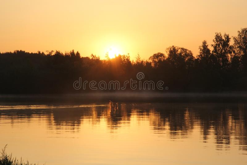 πέρα από την ανατολή ποταμών Αντανάκλαση στοκ εικόνα με δικαίωμα ελεύθερης χρήσης