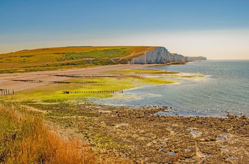 Πέρα από τη Mossy παραλία και τον κόλπο στους επτά απότομους βράχους αδελφών, Σάσσεξ στοκ εικόνες