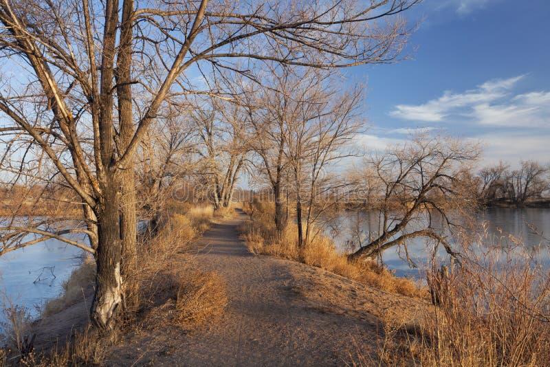 πέρα από το ίχνος φύσης λιμνών & στοκ εικόνες με δικαίωμα ελεύθερης χρήσης