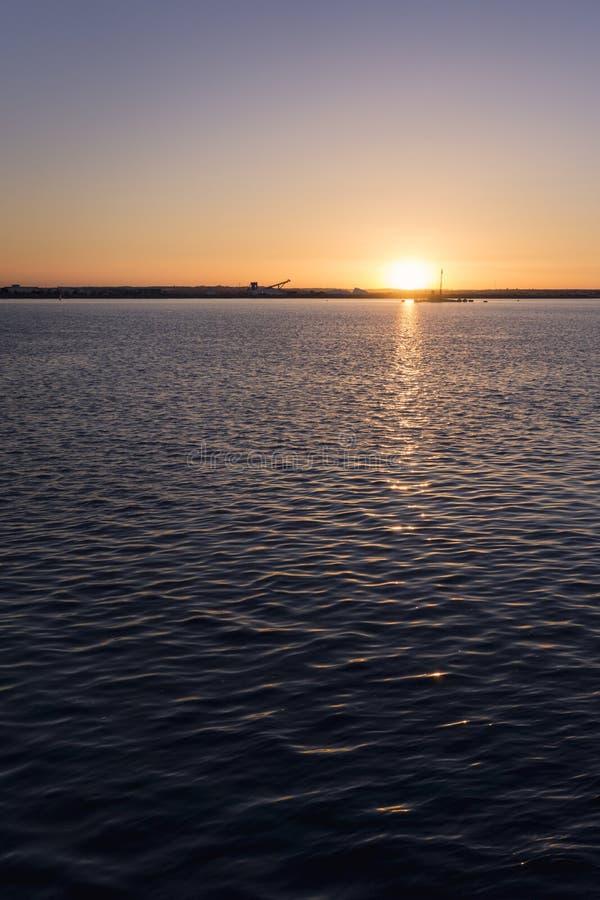 πέρα από το ηλιοβασίλεμα θάλασσας στοκ φωτογραφίες