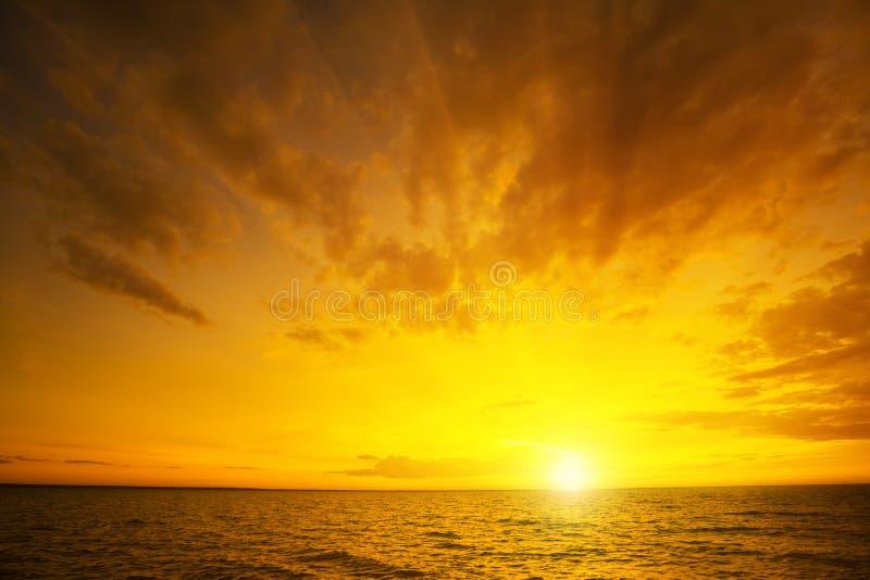 πέρα από το ηλιοβασίλεμα θάλασσας στοκ εικόνες