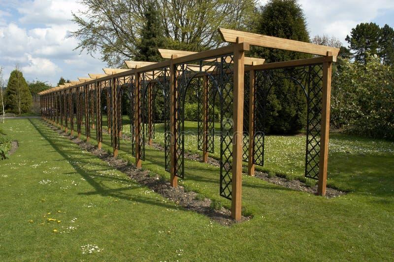Download πέργκολα στοκ εικόνα. εικόνα από κήποι, walkway, καλυμμένος - 115797