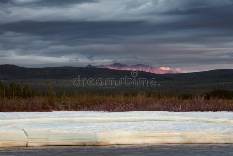 Πέρυσι ο πάγος στον ποταμό και τον εκφραστικό ουρανό στοκ εικόνες