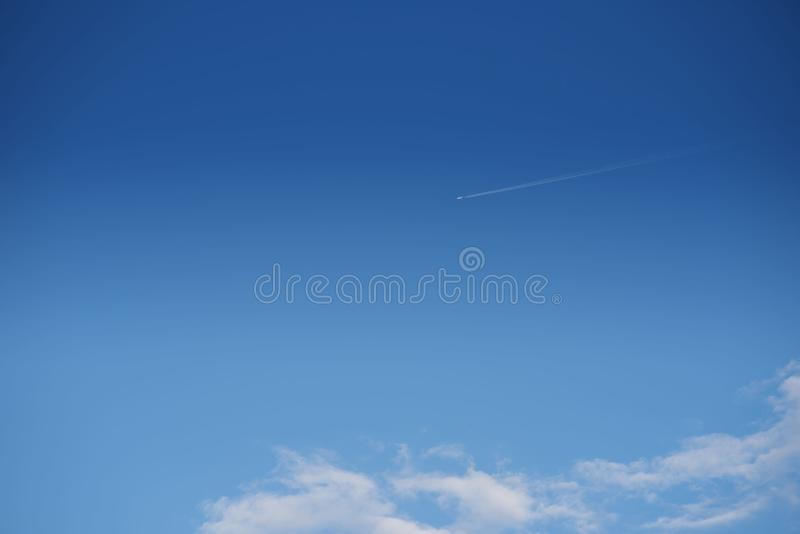 Πέταγμα αεροπλάνων υψηλό στον ουρανό στοκ εικόνες