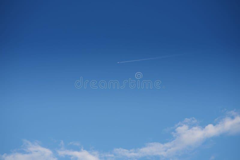 Πέταγμα αεροπλάνων υψηλό στον ουρανό στοκ φωτογραφία