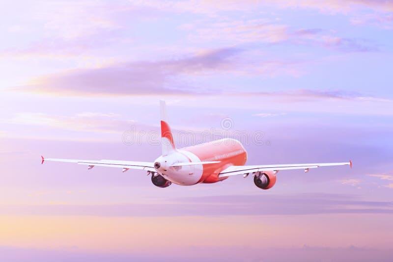 Πέταγμα αεροπλάνων υψηλό στον ουρανό στοκ εικόνα