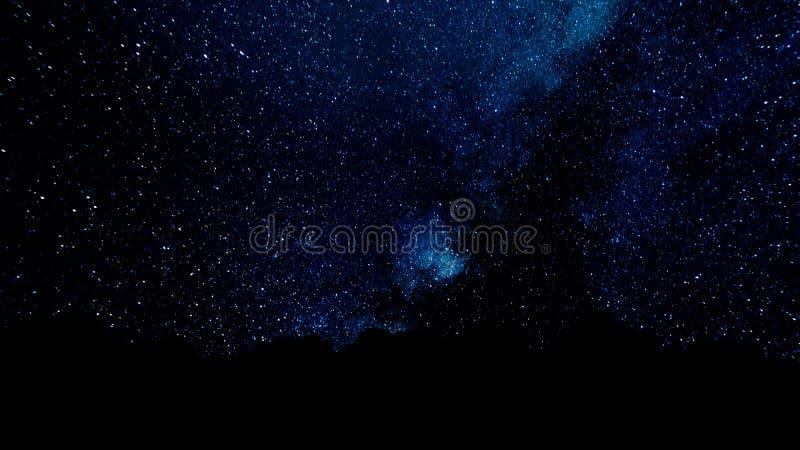Πέταγμα μέσω των τομέων αστεριών στο βαθύ διάστημα Μαγικά τρέμοντας σημεία ή καμμένος πετώντας γραμμές Ζωτικότητα του άνευ ραφής  διανυσματική απεικόνιση