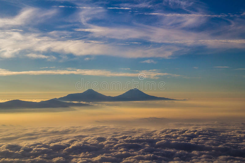 Πέταγμα πέρα από τα σύννεφα και τα βουνά στοκ εικόνα με δικαίωμα ελεύθερης χρήσης