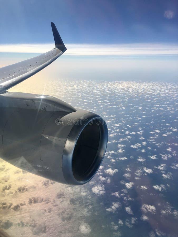 Πέταγμα πέρα από την ωκεάνια άποψη του φτερού και των σύννεφων αεροσκαφών στοκ φωτογραφίες με δικαίωμα ελεύθερης χρήσης