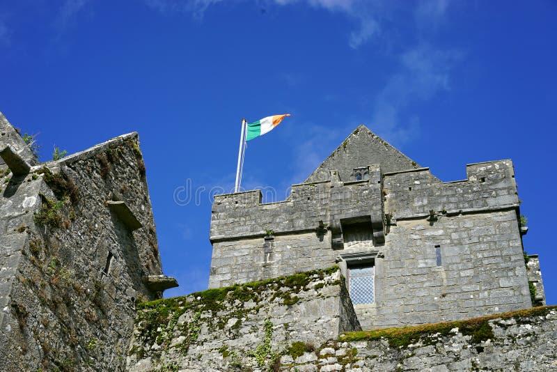Πέταγμα των ιρλανδικών χρωμάτων από την αιχμή πύργων στοκ φωτογραφία