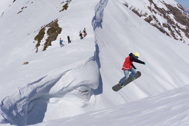 Πέταγμα snowboarder στα βουνά στοκ φωτογραφίες με δικαίωμα ελεύθερης χρήσης