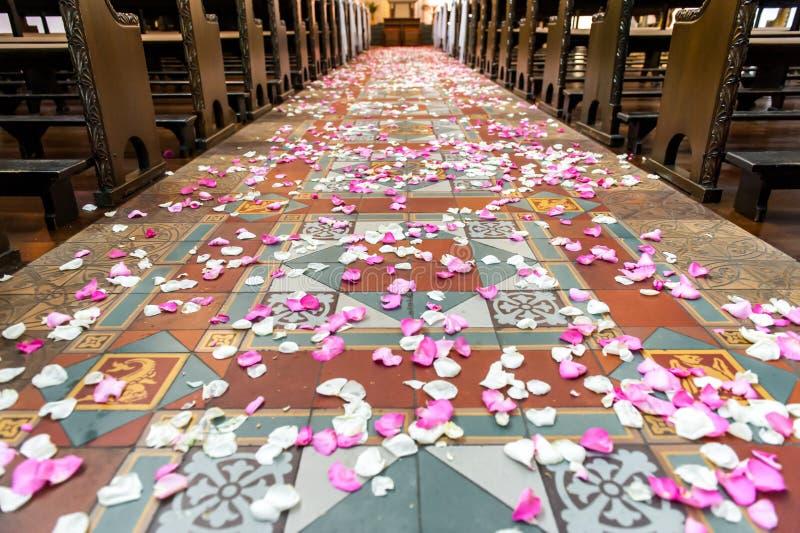 Πέταλα λουλουδιών στο έδαφος εκκλησιών στοκ φωτογραφίες με δικαίωμα ελεύθερης χρήσης
