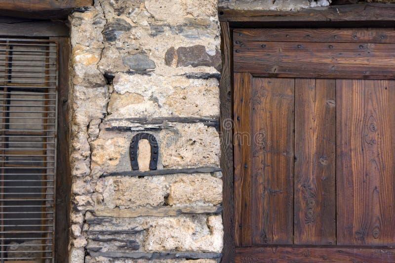 Πέταλο στον τοίχο του σπιτιού στοκ φωτογραφία με δικαίωμα ελεύθερης χρήσης