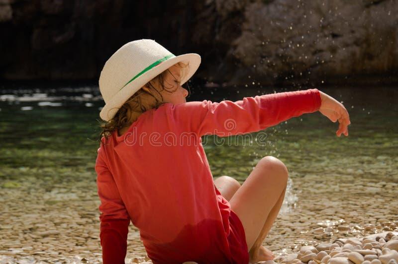 Πέτρα στην παραλία Γκρίζα ρολά με μικρές οπές στοκ φωτογραφία με δικαίωμα ελεύθερης χρήσης