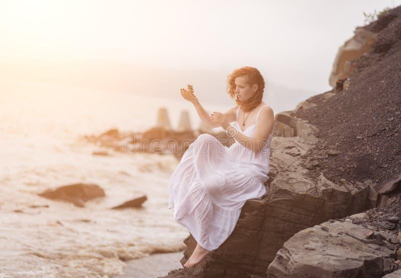 Πέτρες εκμετάλλευσης γυναικών zen υπό εξέταση στοκ φωτογραφίες με δικαίωμα ελεύθερης χρήσης