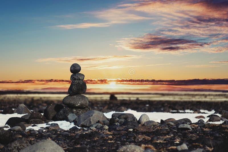 Πέτρες ισορροπίας, πέτρα της Zen που συσσωρεύεται, με το θολωμένο υπόβαθρο ηλιοβασιλέματος στοκ φωτογραφία με δικαίωμα ελεύθερης χρήσης