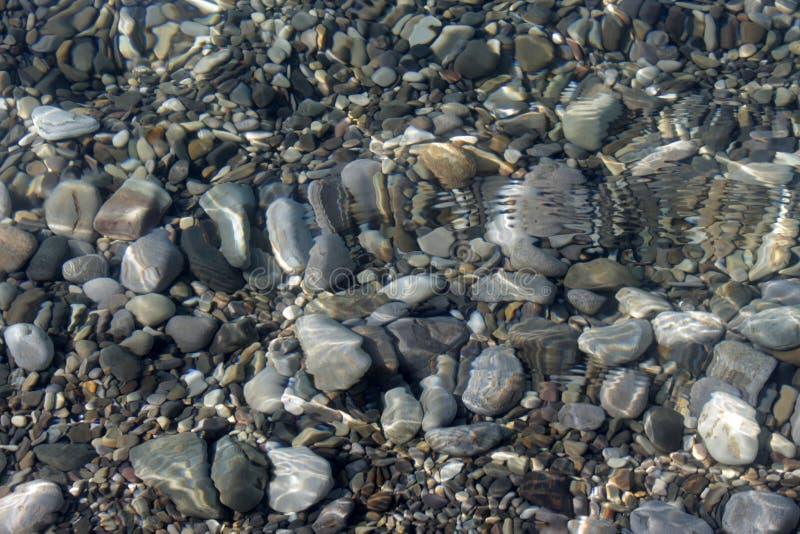 πέτρες κάτω από το ύδωρ στοκ φωτογραφία με δικαίωμα ελεύθερης χρήσης