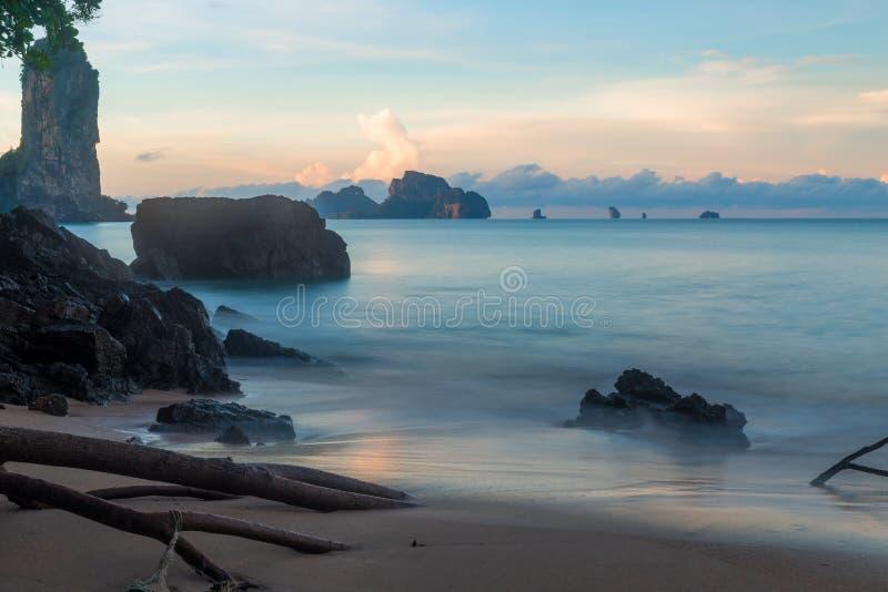 Πέτρες και βράχοι στο όμορφο τοπίο αυγής της Ταϊλάνδης, Krabi σχετικά με στοκ εικόνες