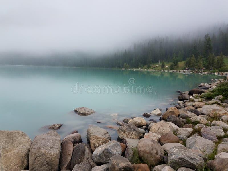Πέτρες κατά μήκος της άκρης νερών στοκ φωτογραφίες με δικαίωμα ελεύθερης χρήσης