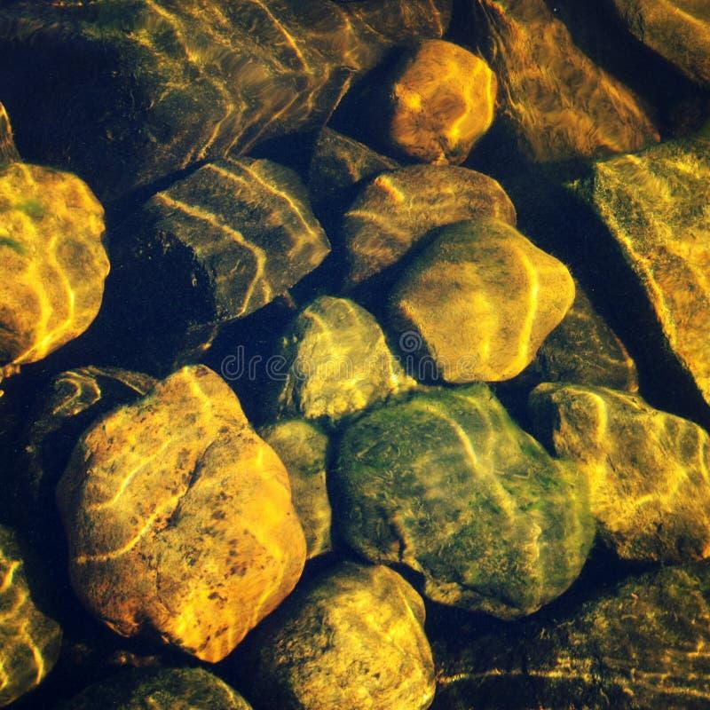 Πέτρες μέσω του νερού Κυματισμοί στην επιφάνεια στοκ εικόνες με δικαίωμα ελεύθερης χρήσης