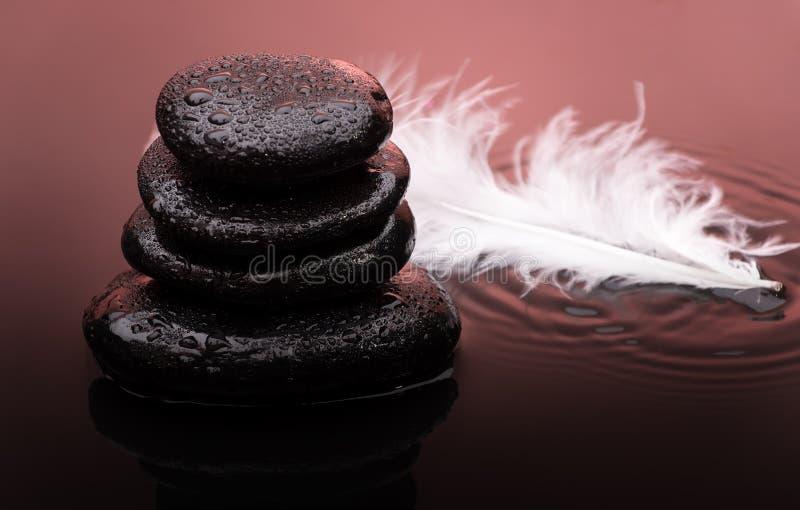 Πέτρες μασάζ με τις πτώσεις φτερών και νερού στοκ εικόνα με δικαίωμα ελεύθερης χρήσης