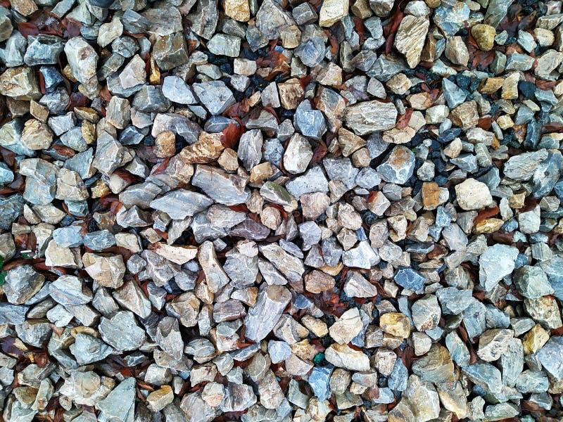 Πέτρες Πέτρες με πολύχρωμα φύλλα σε δρόμο της πόλης v2 στοκ φωτογραφίες