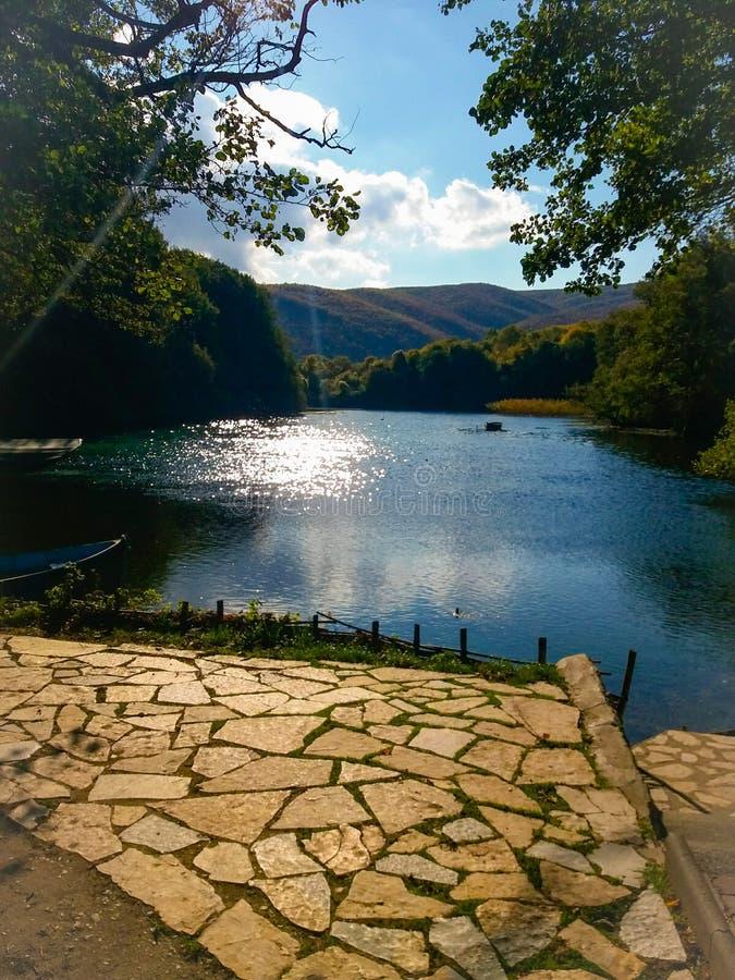 Πέτρες νερού καθρεφτών βουνών τοπίων φύσης λιμνών στοκ εικόνες με δικαίωμα ελεύθερης χρήσης