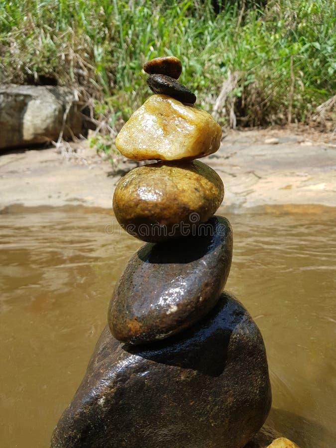 Πέτρες πλησίον στον ποταμό στοκ φωτογραφίες με δικαίωμα ελεύθερης χρήσης