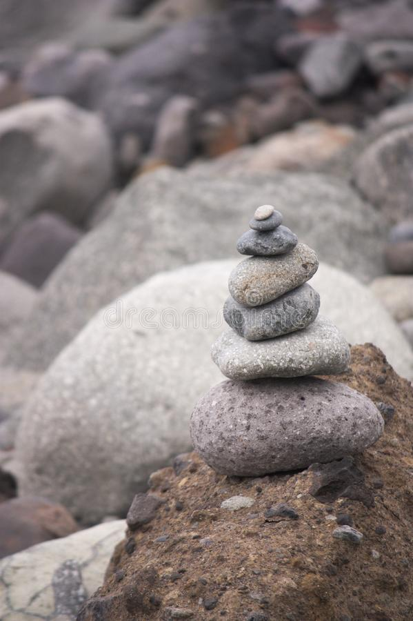 Πέτρες που συσσωρεύονται κοντά στην ακτή στοκ φωτογραφία με δικαίωμα ελεύθερης χρήσης