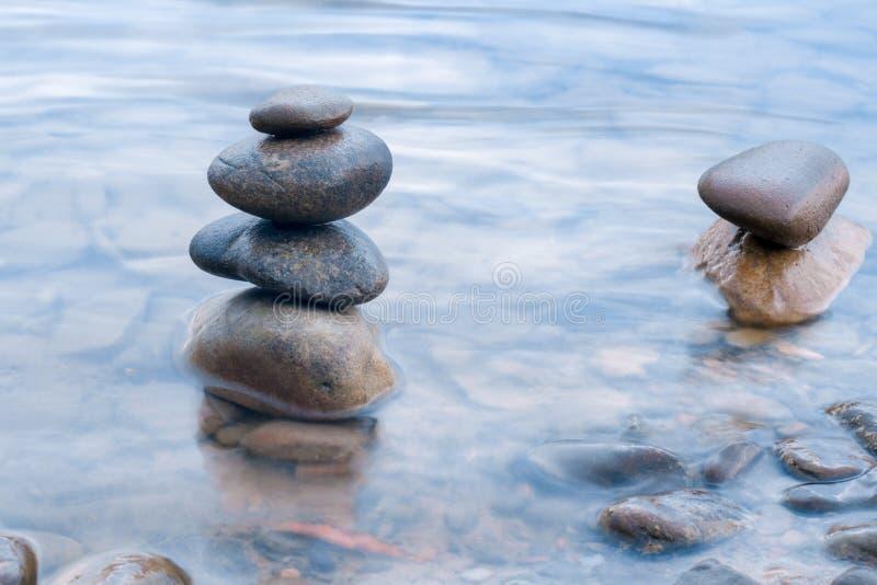 Πέτρες που συσσωρεύονται στη σκηνή ποταμών στοκ εικόνα με δικαίωμα ελεύθερης χρήσης
