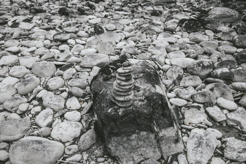 Πέτρες που συσσωρεύονται στο ένα άλλη ως σύμβολο της ισορροπίας στοκ εικόνες με δικαίωμα ελεύθερης χρήσης