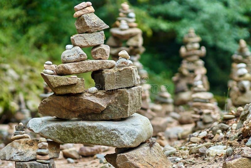 Πέτρες που τακτοποιούνται Zen-όπως από τον ποταμό στοκ φωτογραφία
