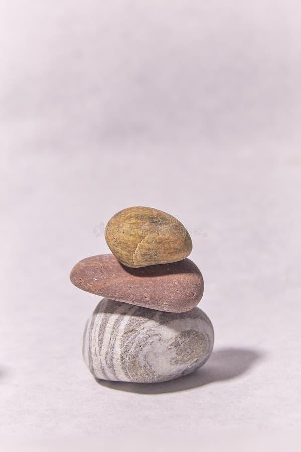 πέτρες στην επιφάνεια μικρά αντικείμενα πυραμίδα πετρών στοκ εικόνα