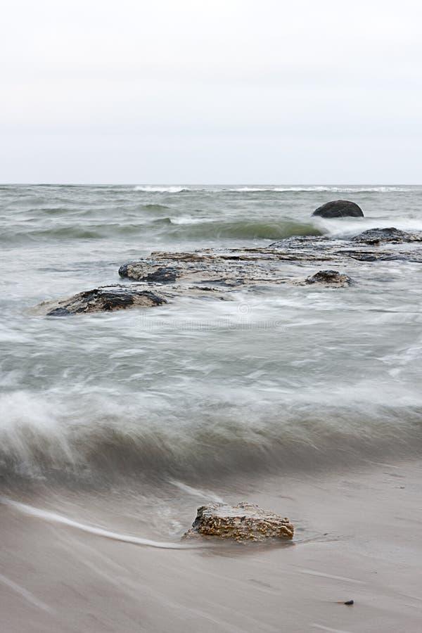 Πέτρες στην κυματιστή θάλασσα στοκ εικόνες με δικαίωμα ελεύθερης χρήσης
