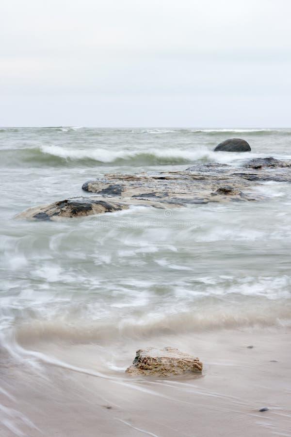 Πέτρες στην κυματιστή θάλασσα στοκ φωτογραφίες με δικαίωμα ελεύθερης χρήσης