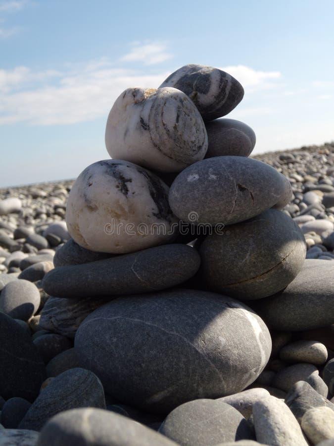 Πέτρες της Zen στην παραλία Αφηρημένη κινηματογράφηση σε πρώτο πλάνο πύργων χαλικιών θάλασσας Έννοια του σωρού χαλικιών ισορροπία στοκ εικόνες