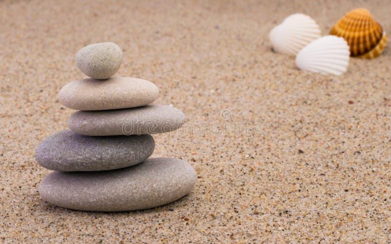 Πέτρες SPA με τα οστρακόδερμα στοκ εικόνα