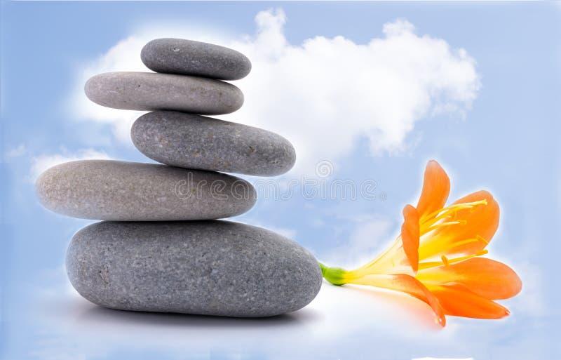 Πέτρες SPA με το λουλούδι στοκ εικόνες