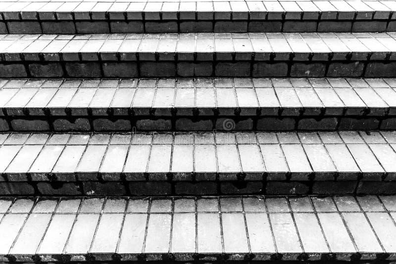 Πέτρινα γκρίζα σκαλοπάτια γρανίτη ανασκόπηση κατασκευασμένη μαύρο στενό μαλακό επάνω λευκό μαξιλαριών μικροφώνων ακουστικών απομο στοκ εικόνες