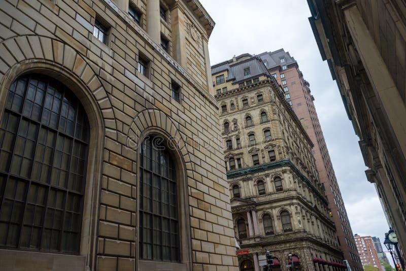 Πέτρινα κτήρια πολυόροφων κτιρίων στην καρδιά του παλαιού Μόντρεαλ στοκ φωτογραφία με δικαίωμα ελεύθερης χρήσης