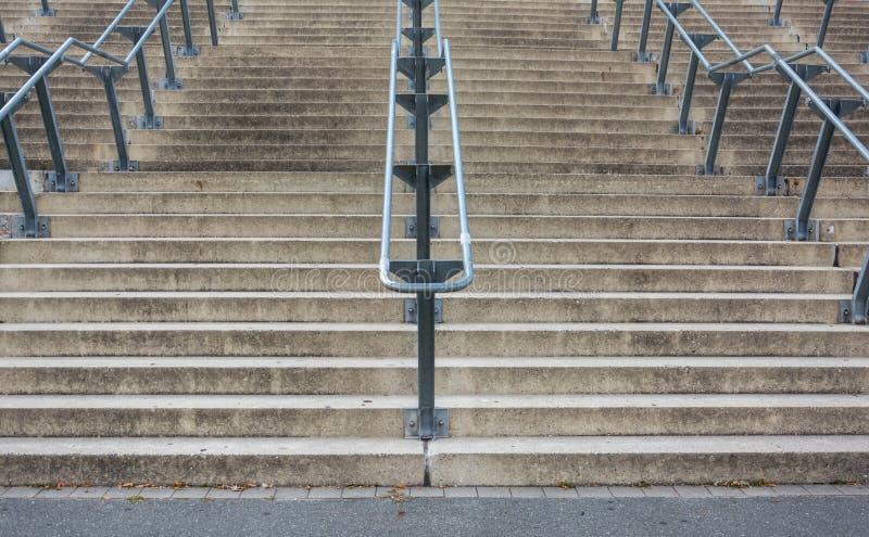 Πέτρινα σκαλοπάτια με τα κιγκλιδώματα μετάλλων από κάτω από στοκ φωτογραφία